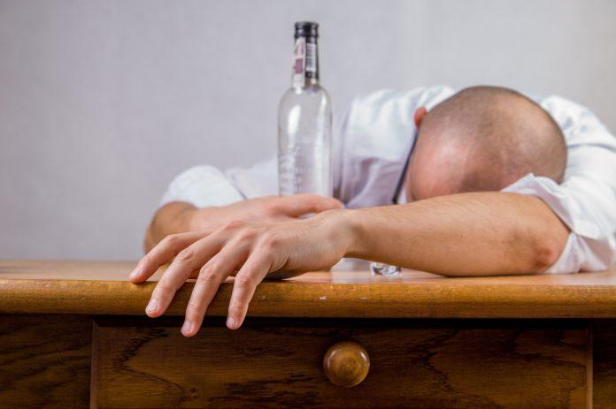 Mann ist erschöpft vom Alkohol